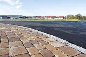 Strasse mit Gehweg aus Betonpflaster im Wohngebiet