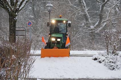 Rumfahrzeug auf Gehweg bei Winterdienst Heilbronn